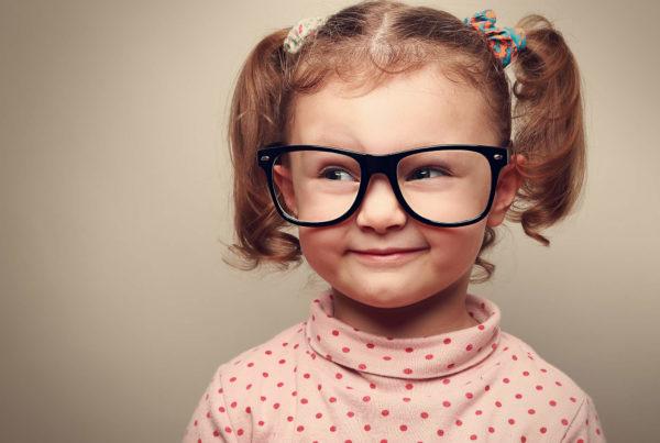 Kinder-Augenprüfungen beim Experten sind wichtig.